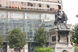 Statuie de Mariano Benlliure y Gil, care-l infatiseasa pe Columb prezentand proiectele sale regilor Spanioli.