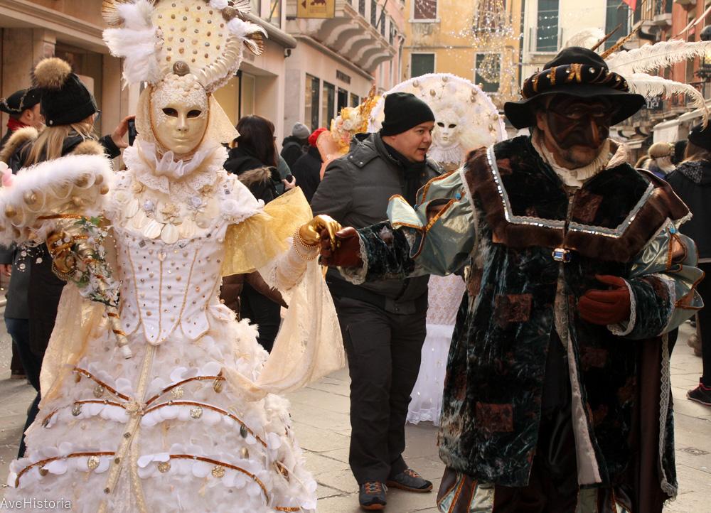 Carnavalul din Venetia, masca bauta si arlecchino