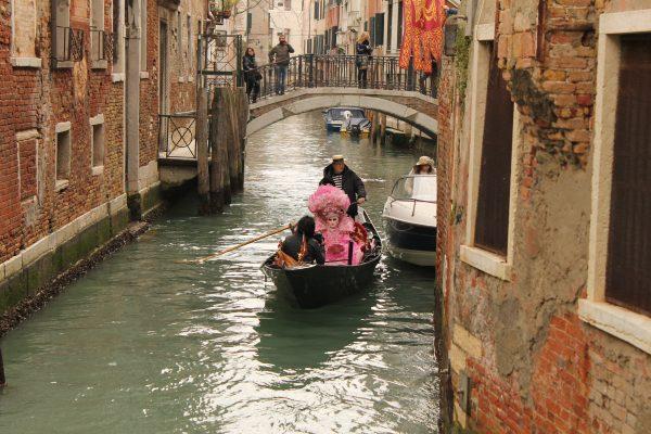 Gondola pe canalele Venetiei, de Carnavale