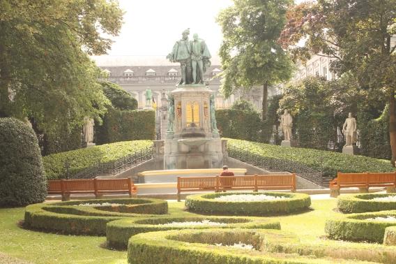 Jardin du Petit Sablon avandu-i pe cei doi conti in plan central.