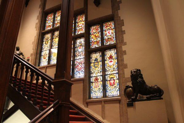 Vitraliu prezent in Maison du Roi din Bruxelles, reprezentand blazoanele posesiunilor lui Carol Quintul