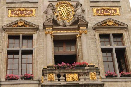 Fatada unei cladiri din Grand Place, Bruxelles, anul 1698