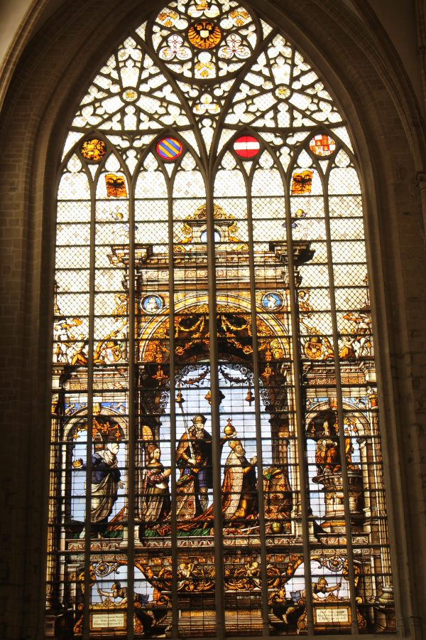 Vitraliul (1537) transeptului nordic al Catedralei Saint Michel et Gudule care-i ilustreaza pe Carol Quintul si pe sotia sa Isabela a Portugaliei
