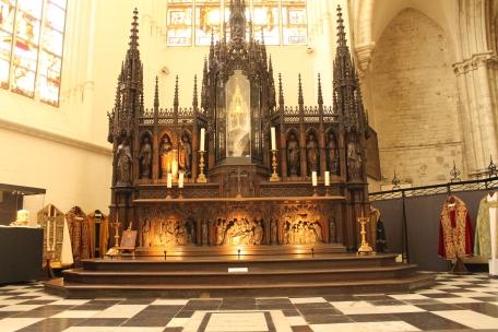 In fata acestui altar dininteriorul tezaurului catedralei, se afla piatra de mormant a celor doi guvernatori