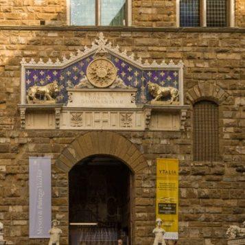 David al lui Michelangelo si Hercule si Cacus ai lui Bandinelli in fata intrarii in Palazzo Vecchio