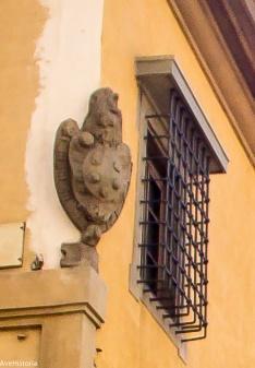 Blazonul familiei de Medici pe o cladire