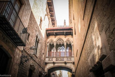 Podul neogotic care leaga Generalitate de Cases dels Canonges, Carrer del Bisbe, Barcelona