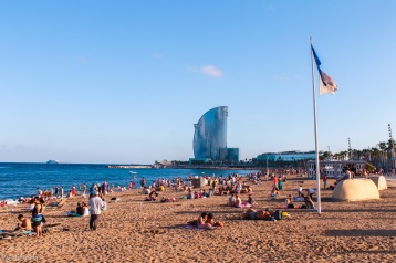 Plaja Barceloneta, World Trade Center în plan secund, Barcelona