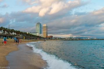 Plaja Barceloneta, zgârâie norii Torre Mapfre și Hotel Arts în plan secund