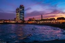 Plaja Barceloneta, zgârâie norii Torre Mapfre și Hotel Arts în plan secund, Barcelona
