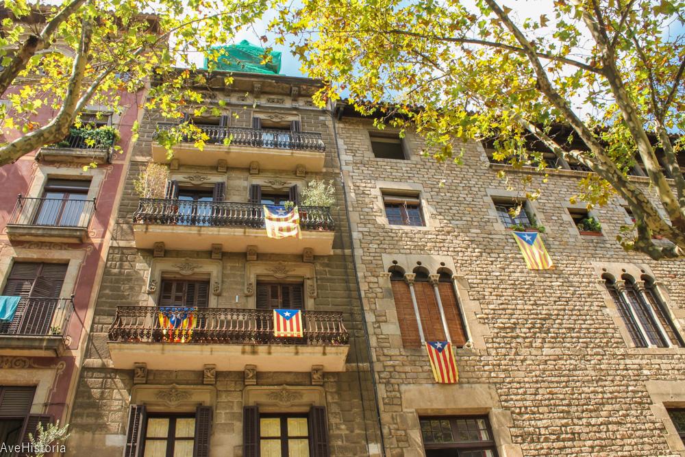 Steagul Cataloniei atarnat cu mandrie la ferestre