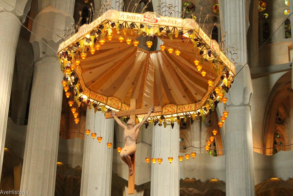 Sagrada Familia, interior, Iisus crusificat sub parasuta