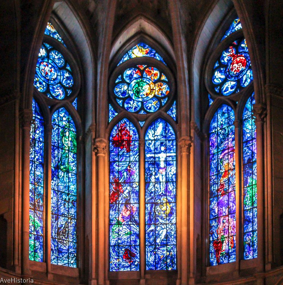 Vitraliile create de artistul Marc Chagall care reprezintă Crucificarea și sacrificiul lui Isaac.