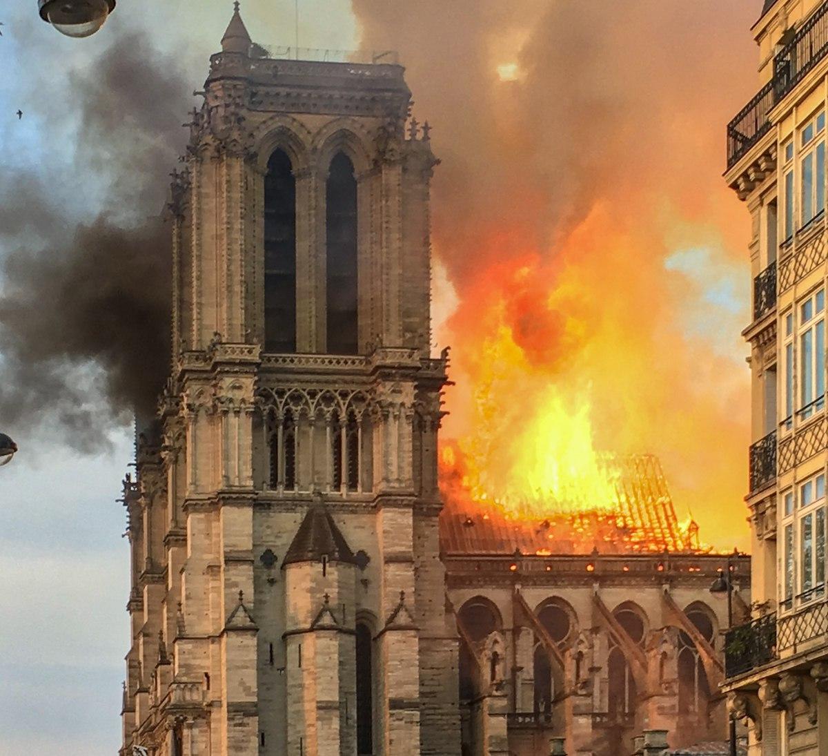 Notre-Dame, acoperis in flacari