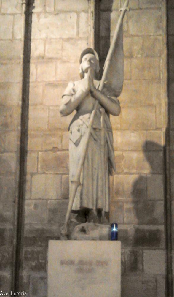 Statuia Ioanei d Arc in Notre-Dame din Paris